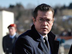 Unter Druck: Guttenberg muss noch mit den Plagiatsvorwürfen kämpfen, da kommen Probleme bei der Bundeswehrreform ziemlich ungelegen.