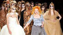 Westwood präsentiert natürlich auch wieder ein Brautkleid (l).