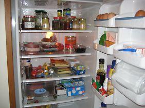 Wer Ordnung im Kühlschrank hält, kann die Tür schneller wieder schließen.