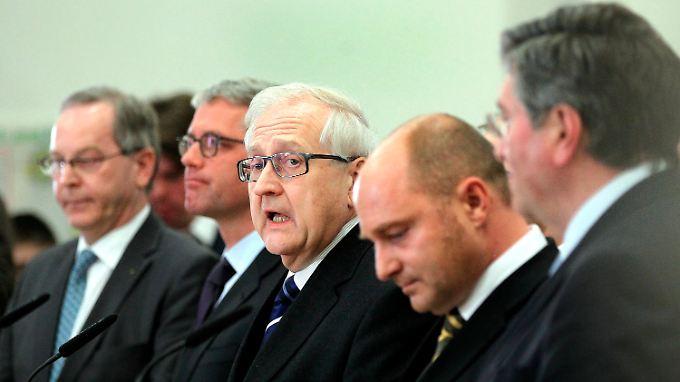 Die Teilnehmer des Benzin-Gipfels: Schulterschluss unter Schuldigen.