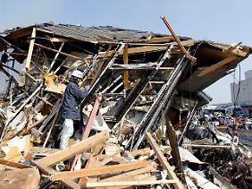 In der stark zerstörten Stadt Sendai suchen Rettungskräfte nach Verschütteten.