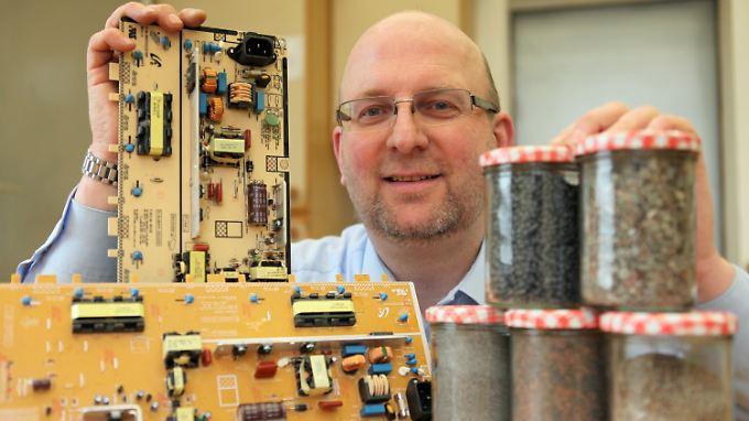 Vorher, nachher - der Schrotthändler Thomas Adamec präsentiert, wie er Elektronikschrott in jedes seiner Einzelteile recycelt.