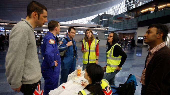 Auch die britische Botschaft hat Mitarbeiter zur Betreuung zum Flughafen Tokio geschickt.