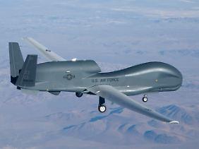 Die Drohne Global Hawk soll ins Innere der zerstörten Meiler blicken (Archivaufnahme).