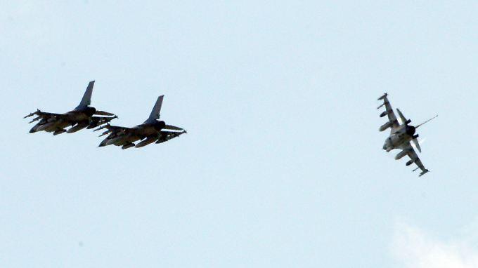 Einsatzbereit: Dänische Kampfjets beim Training über Italien.