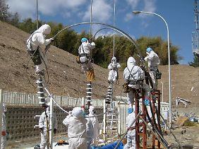 Arbeiter versuchen, die Stromversorgung wieder herzustellen.