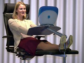 Egal, wie ergonomisch oder ausgefallen die Büromöbel gebaut sind - wer zu lange sitzt, bekommt Rückenbeschwerden.