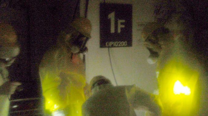Arbeiter versuchen einen Generator zu reparieren.