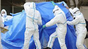 Verstrahlte Arbeiter werden am 25. März vom AKW Fukushima ins Krankenhaus gebracht.