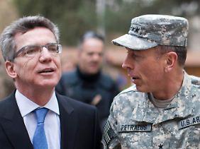 De Maizière und Petraeus.