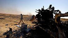 Zerstörte Fahrzeuge der Gaddafi-Truppen säumen die Straße zwischen  Adschdabija und Brega.