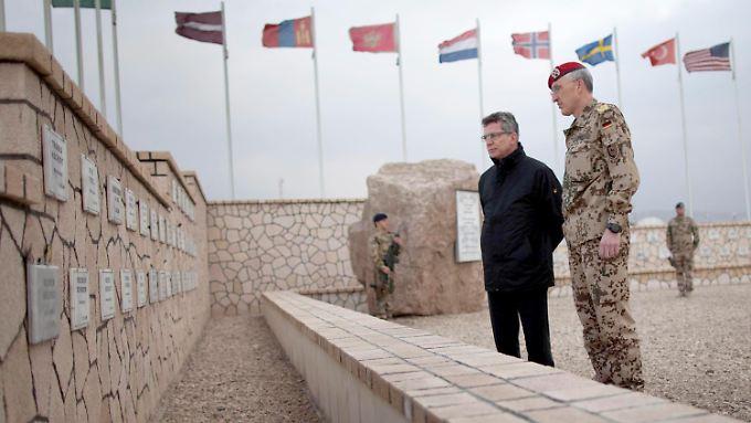 Minister Thomas de Maizière und Kommandeur Markus Kneip am Denkmal für die getöteten Soldaten in Masar-i-Scharif.