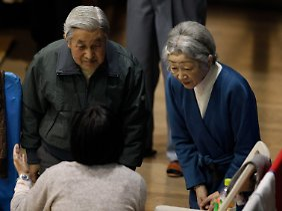 Kaiser Akihito und seine Frau Michiko besuchen ein Notaufnahmelager für Flüchtlinge aus den Erdbebengebieten in Tokio.