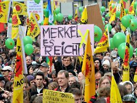 Am Wochenende waren deutschlandweit über hunderttausend Menschen gegen die Atomkraft auf die Straße gegangen.