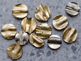 Am Ende ihrer Laufbahn angekommen, werden die Münzen entkernt, verformt und eingeschmolzen.