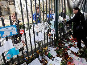 Fast wie beim Tod von Prinzessin Diana: Blumen am Gitter.