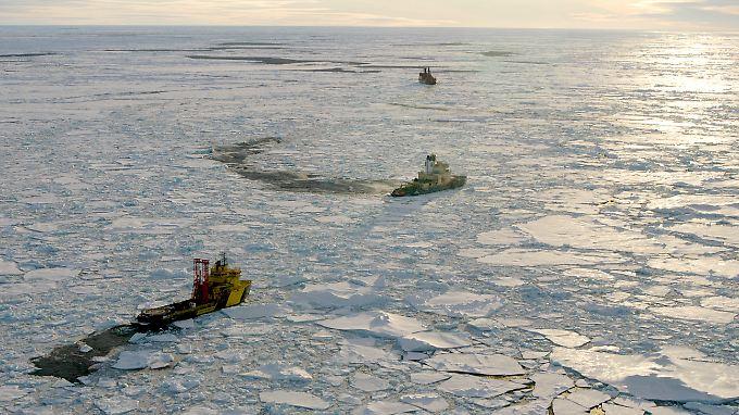 Ein Schiff auf dem Arktischen Ozean. Hier hat sich ein Pool aus relativ süßem Wasser gebildet. Vor rund 53,5 Millionen Jahren herrschte im Nordpolargebiet übrigens beinahe tropisches Klima.