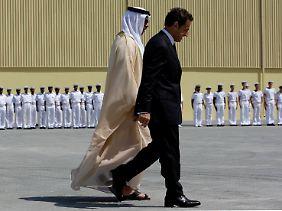 Präsident Sarkozy und Scheich Seif während der Zeremonie.