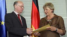 Marianne Birthler übergibt ihren Tätigkeitsbericht an Bundestagspräsident Norbert Lammert.