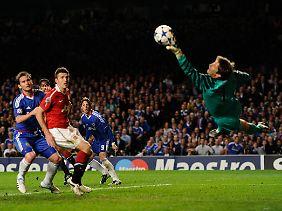 Glanzparade statt Debüttor: Edwin van der Sar fischte einen tollen Torres-Kopfball grandios aus dem Winkel.