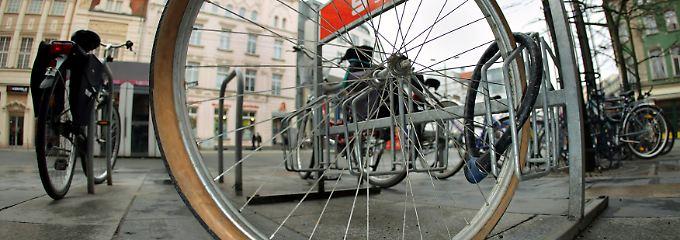 Viele Versicherer zahlen nur dann, wenn das Fahrrad durch ein eigenständiges Fahrradschloss gegen Diebstahl gesichert wurde.