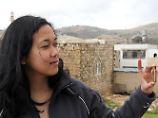 Die holländische Touristin Rani Piputri aus Amsterdam  in Kufer Malik mit ihrer gefundenen Patronenhülse.