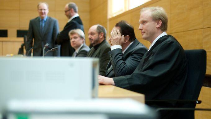 Das Opfer im Gerichtssaal (Zweiter von rechts).