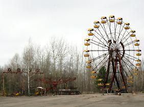 Rostendes Riesenrad auf dem Festplatz der verseuchten ukrainischen Stadt Pripjat im Sperrgebiet nahe dem Unglücksreaktor von Tschernobyl.