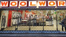 April 2009: Die Billigkaufhauskette Woolworth Deutschland beantragt Insolvenz. Die Kette beschäftigt etwa 11 000 Menschen. Woolworth war 1926 in Deutschland an den Start gegangen.