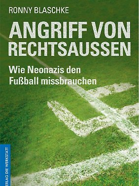 """Coveransicht von """"Angriff von Rechtsaußen - Wie Neonazis den Fußball missbrauchen"""" (Verlag Die Werkstatt). Seit 1. Juni ist es im Handel."""