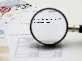 Den Steuerbescheid genauer unter die Lupe zu nehmen, kann sich lohnen. Denn nicht immer sind die Berechnungen des Finanzamts richtig.