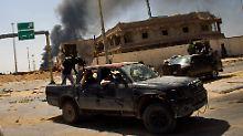 Libysche Rebellen auf dem Weg nach Misrata.