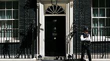 Regierungskrise: Über der Downing Street Nr. 10 brauen sich dunkle Wolken zusammen.