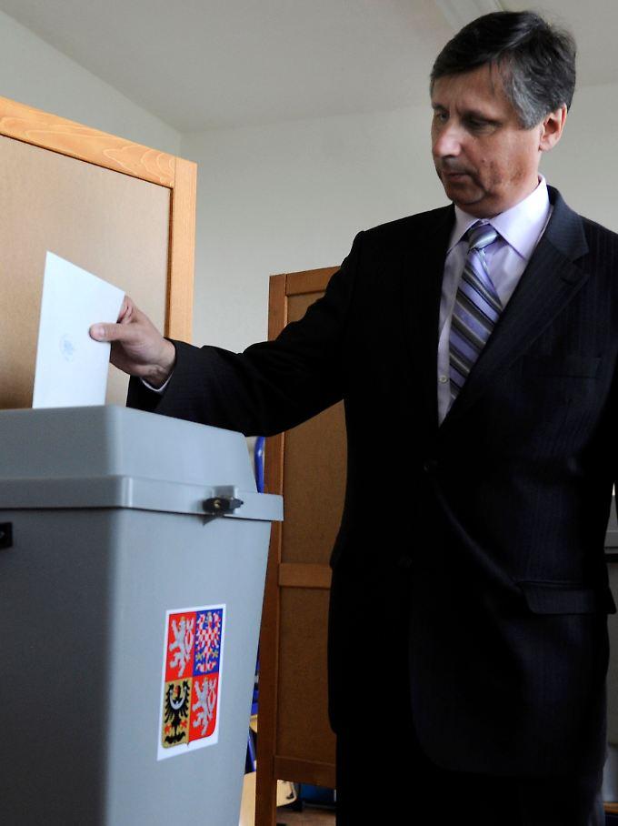 Auch in Tschechien wird inzwischen gewählt: Premier Jan Fischer bei der Stimmabgabe.