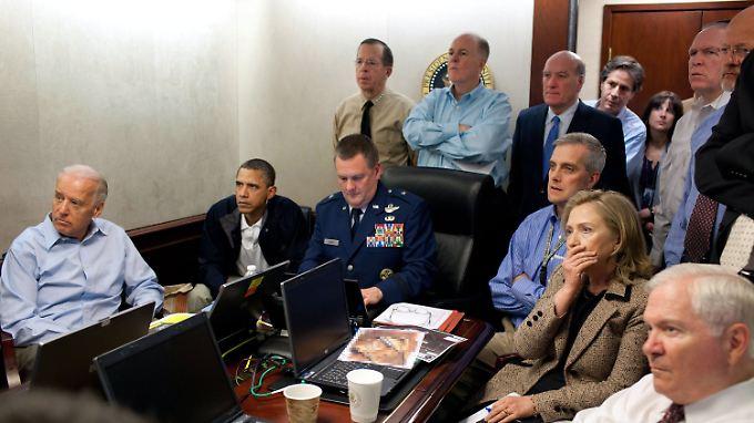 Mitglieder der US-Regierung verfolgen im Situation Room die Operation im Abbottabad. Links Vizepräsident Biden neben Präsident Obama, rechts Verteidigungsminister Gates neben Außenministerin Clinton.