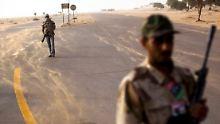 Aufständische patrouillieren auf einer Straße bei Bengasi.
