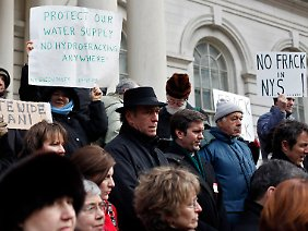 Demonstranten protestieren in den USA gegen die Verseuchung von Grundwasser.
