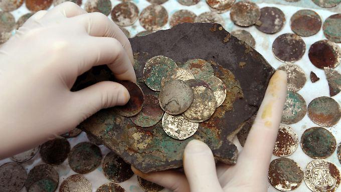 Schätze können ihre Finder beglücken, aber auch zu manchem Ärger führen. Im Bild: der Silberschatz von Aken.