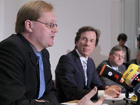 Der Kommissionsvorsitzende Rixen (l) und Uni-Präsident Bormann stellen den Abschlussbericht vor.