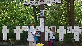"""Weiße Kreuze erinnern an die """"Mauertoten""""."""
