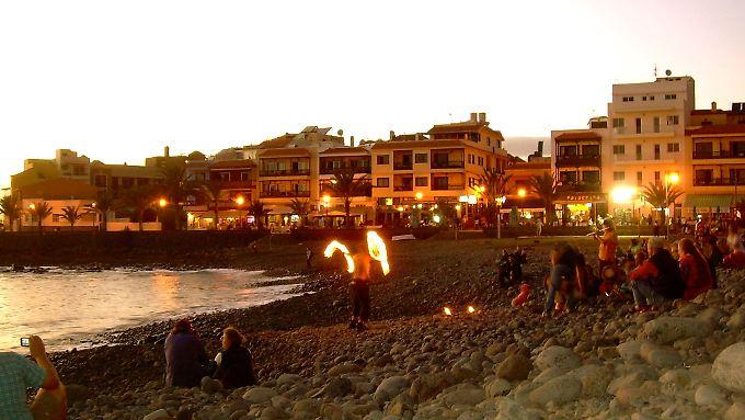 Lebendiges Ritual: Wenn die Sonne im Meer versinkt, treffen sich die Erben der Hippies am Strand von Valle Gran Rey.