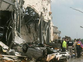 Einwohner Joplins stehen vor den Trümmern einer Sporthalle.