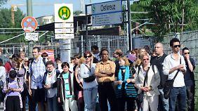 Busse und Straßenbahnen waren vor allem am Morgen sehr voll.