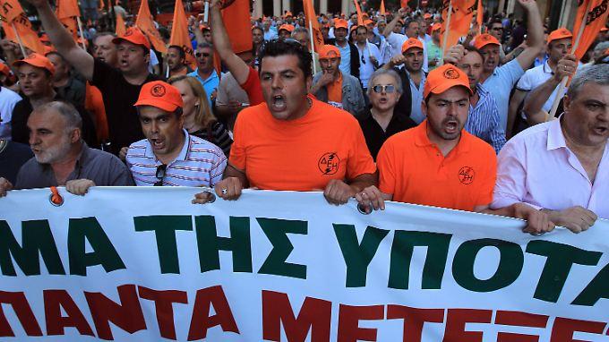 Angst vor einem Staatsbankrott: Griechen bringen Erspartes ins Ausland