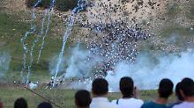 Israelische Soldaten feuern Tränengas auf Demonstranten.