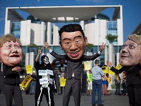 Ausstieg durch Schwarz-Gelb? Die Demonstranten vor dem Kanzleramt bleiben misstrauisch.