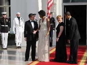 Gastgeber begrüßen Gäste: Merkel war in Begleitung ihres Mannes Joachim Sauer nach Washington gereist.