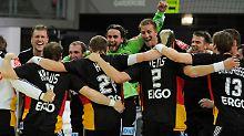 Die Brand-Truppe feierte erst sich. Anschließend feierte sich auch die vorzeitige Qualifikation für die EM in Serbien..