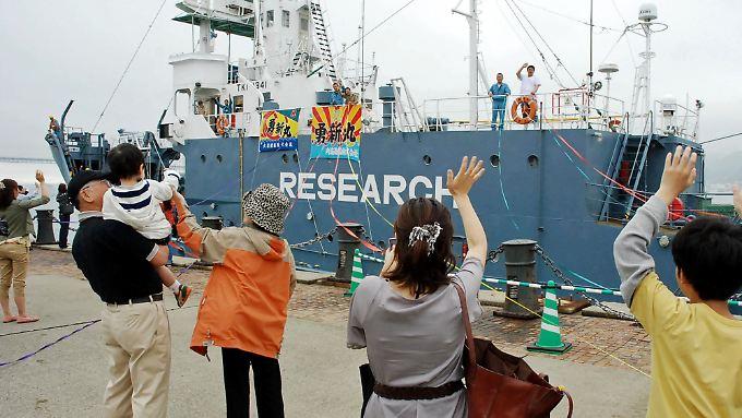 """Verwandte verabschieden die Walfänger, die sich auf den Weg zu ihrer """"wissenschftlichen"""" Arbeit machen."""