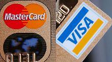 Nach Einschätzung der Brüsseler Wettbewerbshüter verteuern die Gebühren den Einsatz von Kreditkarten.
